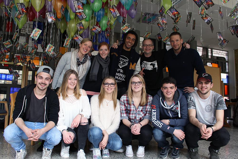 Luftpost für Afrika - Berufskolleg am Berliner Platz lässt am 05.04.2017 Luftballons für Bildung in Afrika fliegen.