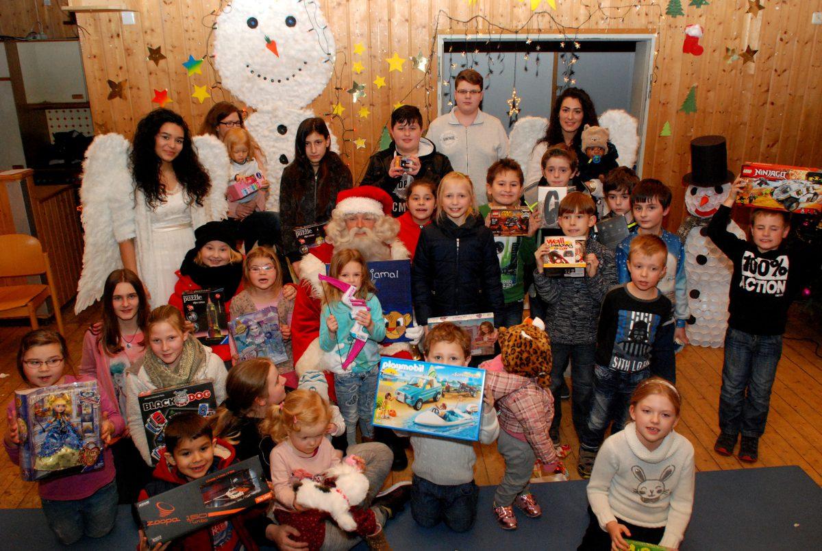 Weihnachtsmann im Dauerlauf: Zehn Jahre viele Geschenke an die Kinder und die eine Botschaft: Es geht auch ohne Neid und Missgunst!