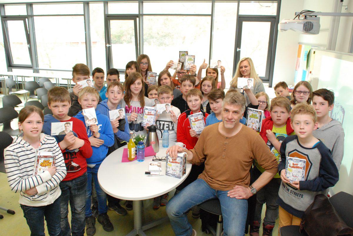 Buchautor zum Anfassen: Hans-Jürgen Feldhaus trifft an der Sekundarschule Arnsberg genau den Ton